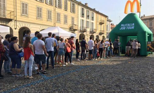 VOGHERA 30/08/2017: In piazza Duomo i colloqui per i 70 pre selezionati da McDonald's per il nuovo Fast Food di viale Martiri. Ne passeranno solo 20