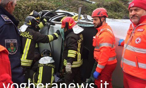 VOGHERA 22/11/2017: Auto vola giù dalla scarpata sfondando un muretto e portandosi dietro un'auto posteggiata. Ferito un cittadino cinese