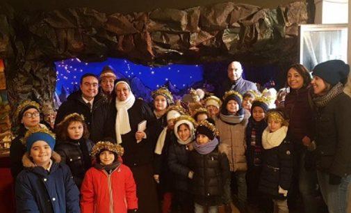 """VOGHERA 15/12/2017: Scuole. Corteo e visita a sorpresa in Comune per i bimbi dell'Istituto """"Sacra Famiglia"""