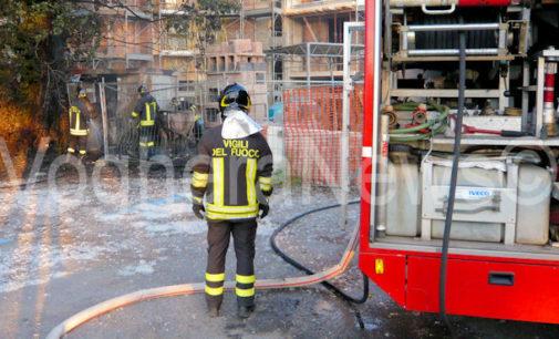 VARZI 07/12/2017: Incendio dal camino. I pompieri di Voghera salvano dalla distruzione un'abitazione intaccata dalle fiamme