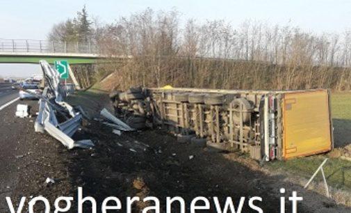 VOGHERA 22/01/2018: Tir esce di strada sulla A21. Ferito in 33enne. Il camion era pieno di mobili dell'Ikea