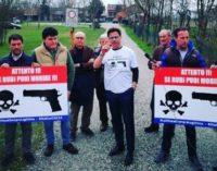"""CASTEGGIO 29/03/2018: Legittima difesa. Interviene anche il leghista Ciocca, che mostra cartelli con scritto: """"Attento: se rubi puoi morire"""""""