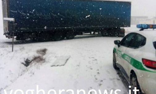 VOGHERA 01/03/2018: Tir resta incastrato in mezzo ad una curva e danneggia un palo della luce. Interviene la polizia locale