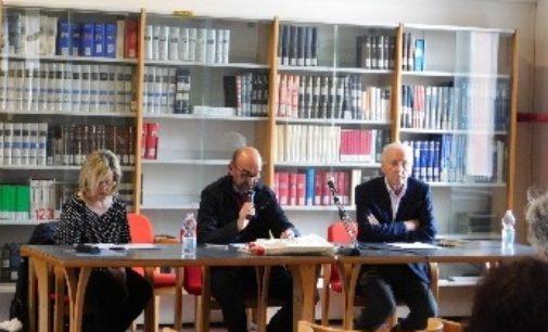 """VOGHERA 11/04/2018: Verso la """"Liberazione"""". Sala piena in Biblioteca per il saggio di Ercole Ongaro"""