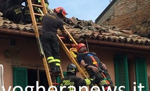 VOGHERA 27/04/2018: AGGIORNAMENTO. Due i pompieri intossicati durante l'incendio di vicolo Ricci. Sicuramente inagibile una parte dell'abitazione andata a fuoco