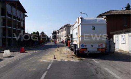 VOGHERA 26/4/2018: Olio in strada in via Negrotto. Allestito un senso unico altrernato