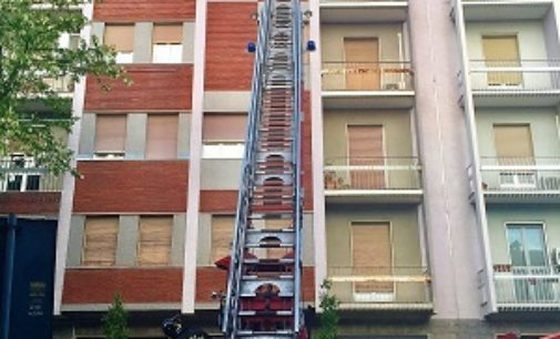 VOGHERA 01/05/2018: Tapparella pericolante. I Pompieri risolvono il problema. Ma deve arrivare l'Autoscala da Pavia