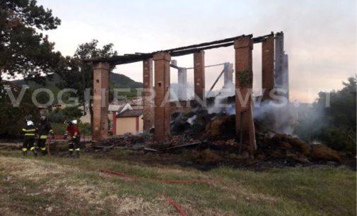 PONTE NIZZA 29/06/2018: Fenile a fuoco. Distrutte 150 rotoballe