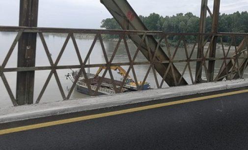 PAVIA 11/06/2018: Ponte della Becca. Via alla pulizia del pilone assediato dal legname