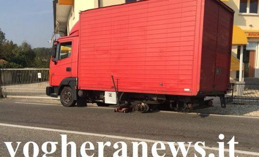 VOGHERA CAVA MANARA 11/09/2018: La ruota del furgone si stacca e piomba su un'auto in transito. Terrore stamattina sulla Sp35 per due vogheresi