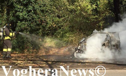 VOGHERA 22/11/2018: Paura in via Lomellina. Auto in fiamme al distributore. Benzinai coraggiosi intervengono, evitano il peggio ma restano intossicati