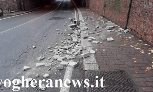 VOGHERA 03/11/2018: Camion perde il carico. Mattoni in strada al sottopasso Carducci