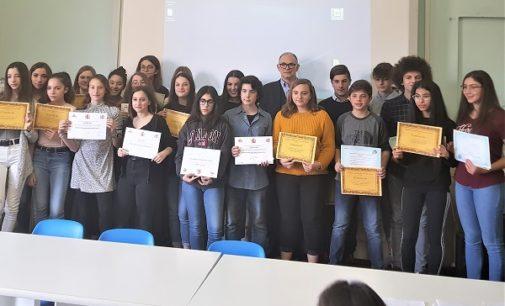 """VOGHERA 12/03/2019: Scuola. Alla Dante premiati gli studenti meritevoli. Premi anche per il concorso """"Un Poster per la Pace"""""""