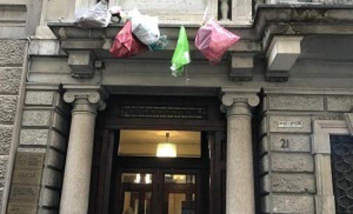 VOGHERA 26/04/2019: Ora i sacchi dell'immondizia vengono lanciati sui balconi. Continuano anche gli abbandoni vicino ai cassonetti