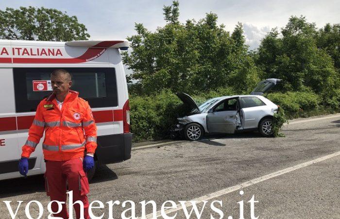 CASTEGGIO 24/05/2019: Auto si schianta sul guardrail e rischia d'andare a fuoco con il ferito a bordo. Camionista di Mede evita il peggio intervenendo con il suo estintore