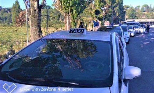 """VOGHERA 20/05/2019: Disabilità. 68 Taxi hanno portato in città l'iniziativa milanese """"Guarda che il mondo è a colori!"""""""