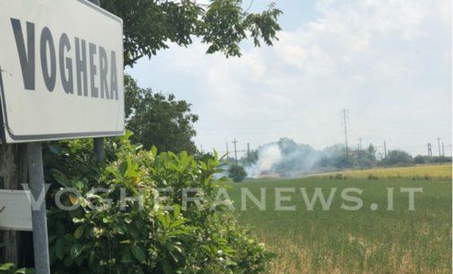 VOGHERA 08/07/2019: Emergenza incendi. Roghi anche in diversi punti della massicciata della ferrovia. Super lavoro per i pompieri