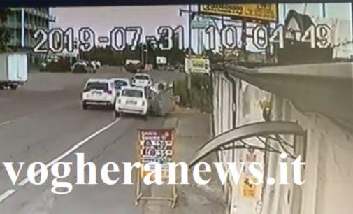 VOGHERA 31/07/2019: Auto non si ferma dopo aver abbattuto due cassonetti e rischiato l'incidente con altre vetture. I residenti. Potevamo esserci noi lì vicino… e chiedono al Comune più sicurezza in via Piacenza