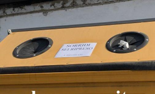 VOGHERA 11/08/2019: Rifiuti abbandonati in via Piacenza davanti a una ditta. Ora ci sono le telecamere (e relativi cartelli)
