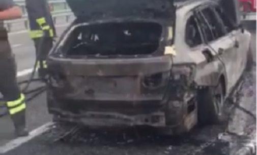 """VOGHERA 12/09/2019: Auto in fiamme sulla A21. Gli occupanti: """"Grazie ai Pompieri. Ma nessun automobilista si è fermato ad aiutarci"""""""