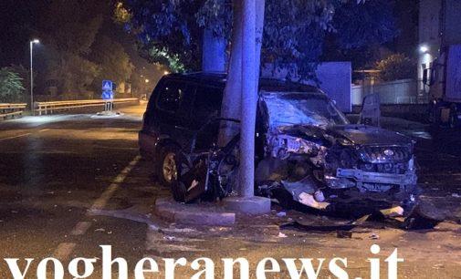 VOGHERA 22/09/2019: Auto esce di strada nella notte. Colpito un albero e un cassonetto… che 'vola' per 30 metri