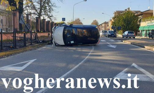 VOGHERA 13/11/2019: Automobilista perde il controllo e si ribalta in via Kennedy  dopo aver invaso anche il marciapiede. Abbattuti anche alcuni parapedoni
