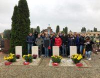VOGHERA 14/11/2019: Scuola. Corone di fiori ai soldati inglesi sepolti nel Cimitero cittadino. Il progetto storico letterario della 3^F dell'IC Marsala Pascoli