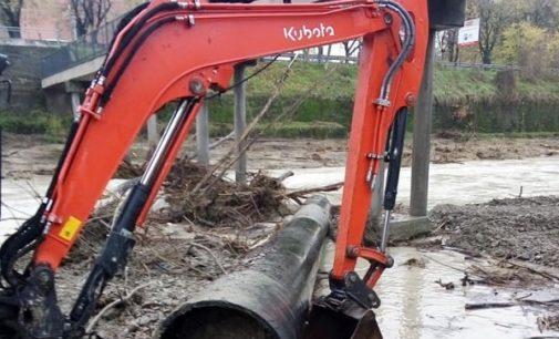 VOGHERA 28/11/2019: Ruspe al lavoro per pulire la base dei piloni del ponte pedonale