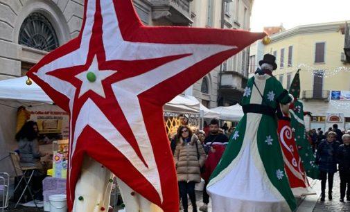 VOGHERA 23/12/2019: Eventi natalizi. Sabato la Parata sui trampoli dei personaggi di Natale