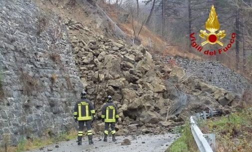 VARZI 19/12/2019: Frana si abbatte sulla strada. I Vigili del fuoco sul posto per cercare eventuali dispersi