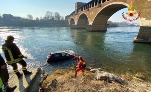 """PAVIA 12/01/2020: Auto finisce nel Ticino e """"naviga"""" sin dopo il ponte coperto. Recuperata dei vigili del fuoco"""
