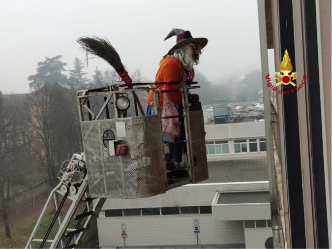 Befana vigili del fuoco policlinico Pavia