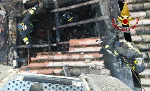MONTEBELLO 12/01/2020: A fuoco il tetto. I pompieri salvano la casa. Danni ad una stanza