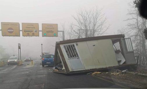 MEZZANINO 13/01/2020: Ponte della Becca. Furgone si schianta sul container e lo scaraventa in mezzo alla strada