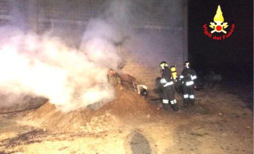TORRE DE NEGRI 29/02/2020: Auto in fiamme. Per spegnerla la seppellisce sotto la terra