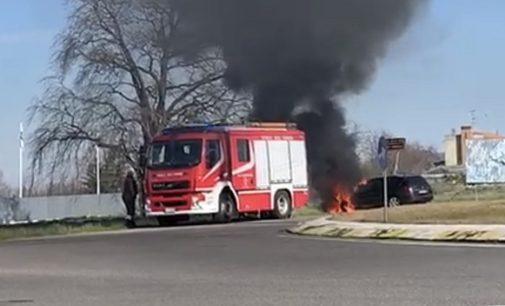 VOGHERA 04/03/2020: Auto distrutta dalle fiamme alla rotonda per Campoferro lungo  via Piacenza