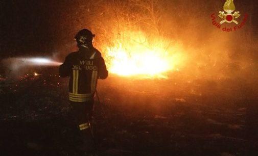 MEDE GAMBARANA 23/03/2020: Incendio nella notte in un canneto. Ore di lavoro per i pompieri