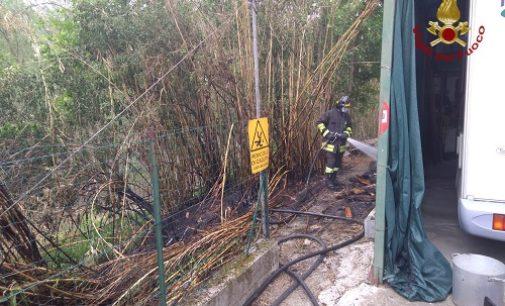 CASATISMA 21/04/2020: Canneto in fiamme. Salvato dai pompieri anche un camper