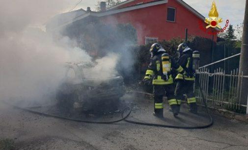 STRADELLA 27/04/2020: Auto distrutta dalle fiamme. Lievi danni anche ad una abitazione