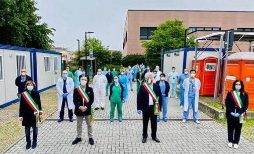 SIZIANO 01/05/2020: Primo Maggio. Il sindaco e altri 3 primi cittadini della zona in Humanitas per omaggiare i lavoratori simbolo dell'emergenza