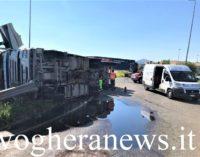 MONTEBELLO 29/06/2020: Strade. Camion ribaltato alla Rotonda sulla Sp1. Traffico in tilt