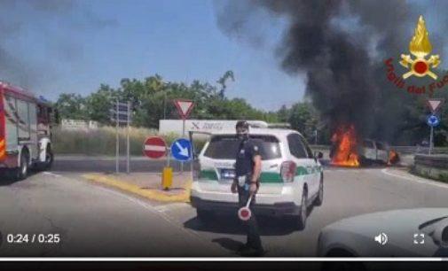 SIZIANO 24/06/2020: Auto in fiamme alla rotonda. Arrivano i pompieri di Pavia VIDEO ma il mezzo è perso