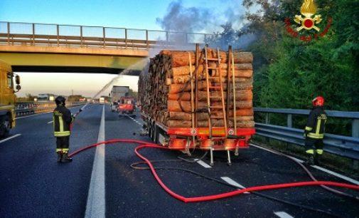 BRONI 09/07/2020: Camion carico di legna va a fuoco. 3 ore di lavoro per i pompieri