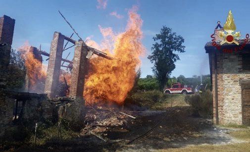 SANTA MARIA D.V. 27/07/2020: Incendio in cascina. Ore di lavoro per i pompieri
