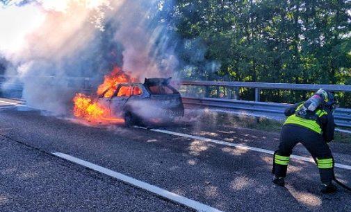 PAVIA 23/08/2020: Auto in fiamme sulla A7. Intervengono i vigili del fuoco