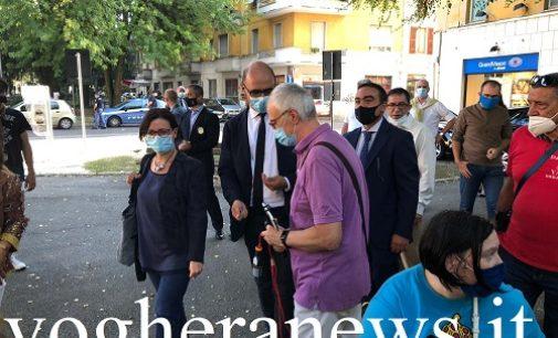 VOGHERA 09/09/2020: Elezioni. Il vice ministro degli Interni in piazza San Bovo ascolta l'esasperazione dei residenti