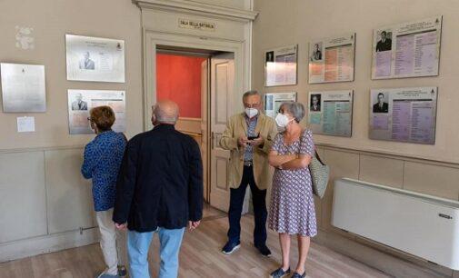 """VOGHERA 22/09/2020: Nata La """"Galleria dei Sindaci"""". Esposti in Comune i pannelli dei sindaci dal 1945 al 2020"""