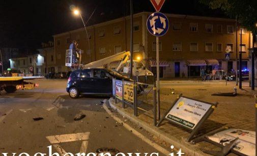 VOGHERA 15/09/2020: Scontro notturno alla rotonda del Ponte Rosso. Distrutti auto e parapedoni