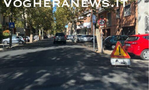 """VOGHERA 08/10/2020: Strade. Dossi """"invisibili"""" e più alti in via Kennedy. Le proteste degli automobilisti"""
