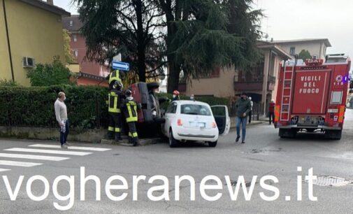 VOGHERA 25/10/2020: Nuovo incidente all'incrocio via Cignoli-Santi. Auto si scontrano e una si ribalta